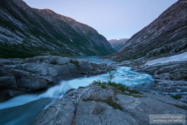 Gletscherfluss in der Abenddämmerung
