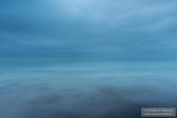 Die Ostsee liegt ganz ruhig wie ein Spiegel in der Dämmerung
