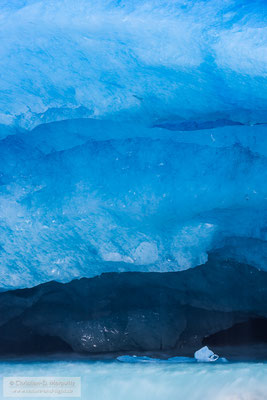 Eisstrukturen im Gletschertor fotografiert aus sicherer Entfernung mit einem Teleobjektiv