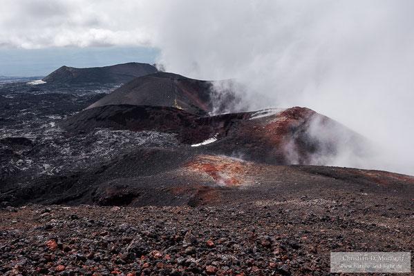 Über den Kratern des neuen Ausbruchs am Tolbatschik hängen dichte Wolken