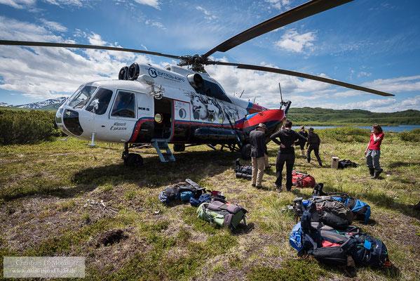 An den Kronotsky-See, dem Ausgangspunkt unserer Trekkingtour kommt man nur mit dem Hubschrauber, hier einer russischen MI-8