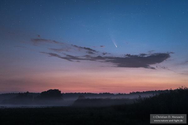 Der Komet Neowise zum Anbruch der Dämmerung über der Lausitz, aufgenommen am 19.07.2020 um 03:15 Uhr