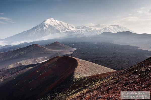 Der Tolbatschik mit den Schlackekegeln des Ausbruchs von 1975/1976 und dazwischen den neuen Lavafeldern von 2012/2013