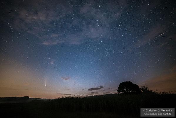 Der Komet Neowise und zwei Sternschnuppen am Nachthimmel über der Lausitz, aufgenommen am 19.07.2020 um 02:50 Uhr