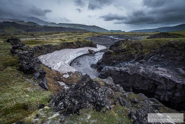 Reißender Schmelzwasserfluss am Basaltcanyon am Tolbatschik Vulkan