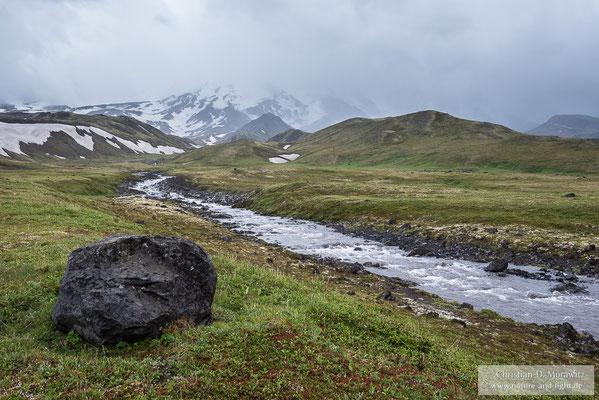 Schmelzwasserfluss am Nordhang des Tolbatschik Vulkans
