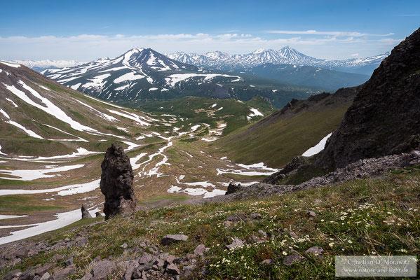 Blick zum Vulkan Konradi (links) und Vulkan Gamchen (rechts hinten)