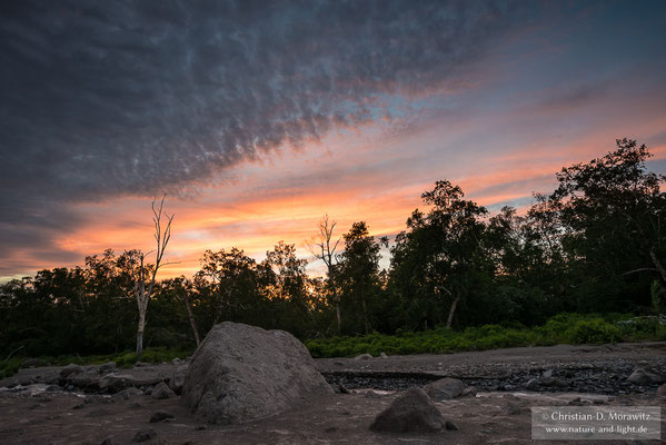 Sonnenuntergang in einem Flusstal am Kizimen Vulkan