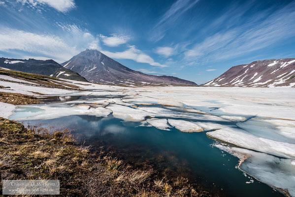 Der See am aktiven Kizimen-Vulkan war auch Anfang Juli noch weitestgehend zugefrohren