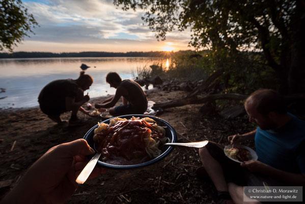 Nach einem Langen Tag schmeckt das Abendessen am See umso besser