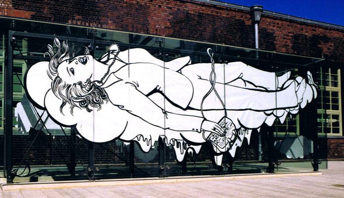 Die reiche Frau aus Falkenried ist erschöpft und sinkt dahin. Burnout im Glaskasten. Installation in Glaskasten mit Kulturreich.