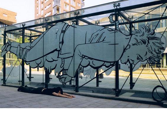 Der reiche Mann aus Falkenried ist erschöpft und sinkt dahin. Burnout im Glaskasten. Installation in Glaskasten mit Kulturreich.