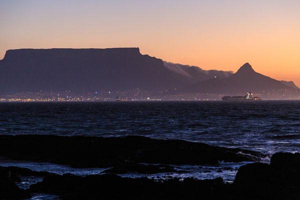 Südafrika: Kapstadt mit Tafelberg bei Sonnenuntergang vom Bloubergstrand