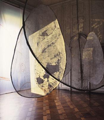 """Raumgestaltung zu: """"Der österliche Festkreis - Wege zur Erfahrung I,  Once we were all black"""" , mit Liz Crossley, 1995"""