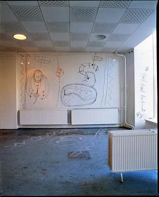 """""""HELFER Weg IIII- der Geist des Todes zeugt und tötet"""", Wand- und Fussbodenbemalungen, 1994, Raumausschnitt, Berlin"""