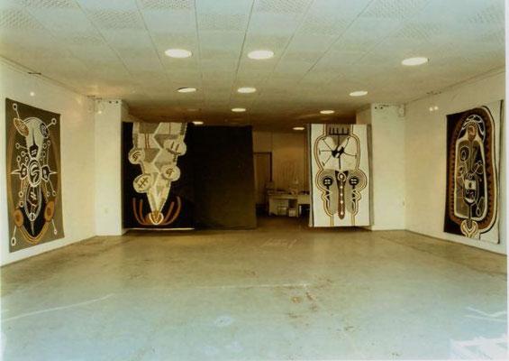 Der Geist des Todes zeugt und tötet, von links: SAUGEN, MANN-FRAU, TOD, PROJEKTION, Raumansicht mit Fussbodenzeichnung, 1994