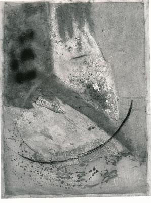 Monika Maria Nowak bei EIGEN+ART, 1988, Materialcollage mit Tapeten-Papierreste aus der Komturei Lietzen Nord, Asche, Kreide, Tusche auf Papierpappe/Gaze