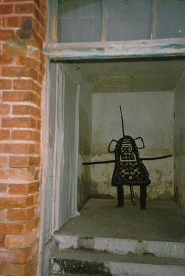 HELFER FÜR DIE MÄCHTIGEN, 1990, Holz, Weide, Gaze, Asche, Russ. Im Schnitterhaus, Sachsendorf Werder, 1991