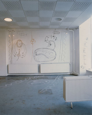 Wandzeichnung, Kohle, Sepia, Fussbodenzeichnung Kalk; Ausstellung: Der Geist des Todes zeugt und tötet, 1994