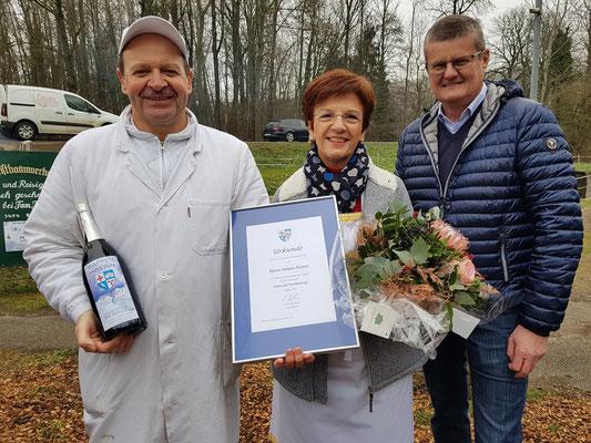 Hans Karner ist 20 Jahre Obmann der Teichwirtschaft Und erhält eine Urkunde von der Gemeinde für seine 20jährige ehrenamtliche Tätigkeit bei der Teichwirtschaft.