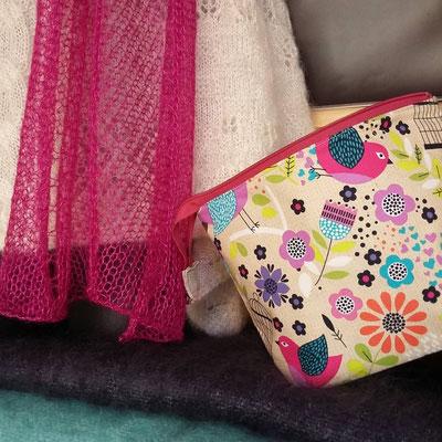 Du fil à tricoter et des sacs à ouvrage de L'Atelier Fibre Laine