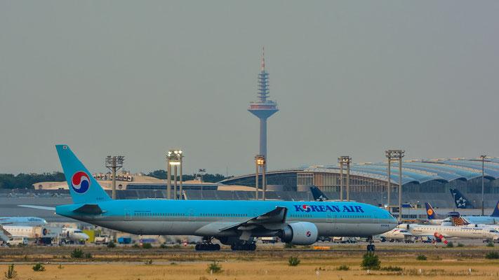 """Nordbahn / """"Affenfelsen"""" - HL8217 Richtung Seoul mit Fernsehturm im Hintergrund (Boeing 777-3B5(ER) // Korean Air)"""