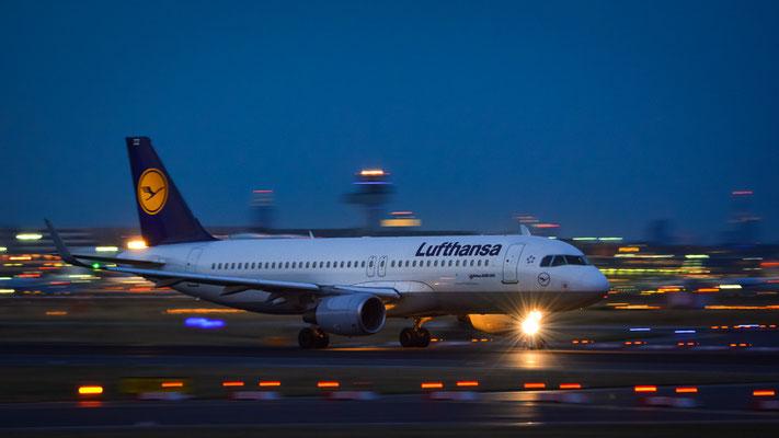 "Startbahn West / ""Affenfelsen"" - D-AIZZ beim Beschleunigen im letzten brauchbaren Licht (Airbus A320-214 // Lufthansa)"