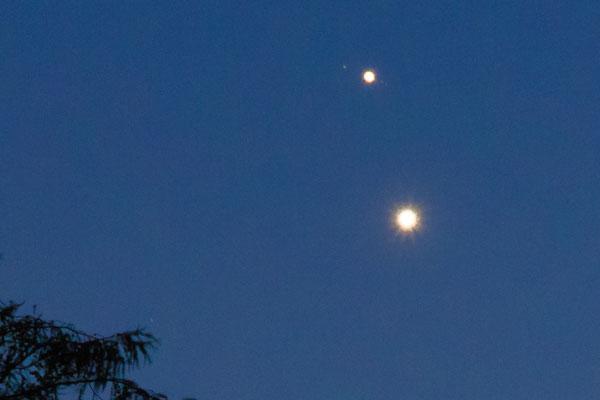 Im Bildausschnitt sind die Jupitermonde sichtbar, die Planten sind deshalb überbelichtet