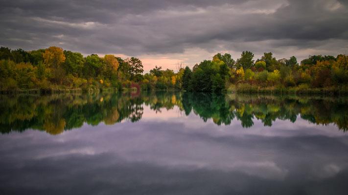 Herbstspiegelung am Weiher bei Neuburg an der Donau