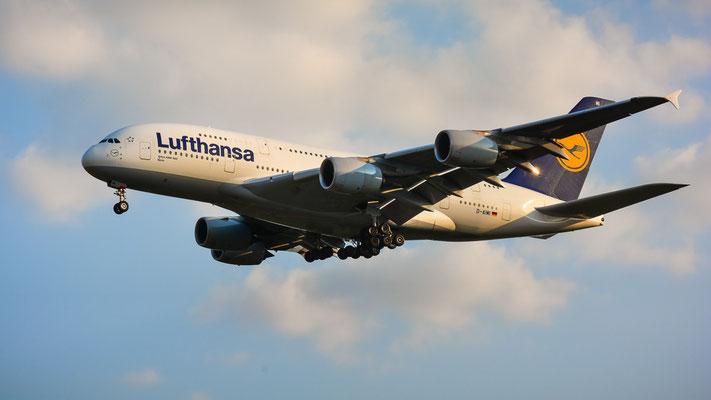 "Airportring Anflug Südbahn - D-AIMI ""Moppelchen"" im Endanflug aus Shanghai gekommen (Airbus A380-841 // Lufthansa)"