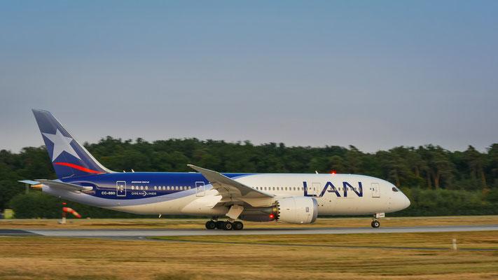 """Startbahn West / """"Affenfelsen"""" - CC-BBD ... """"Dreamliner"""" beim Beschleunigen Richtung Madrid (Boeing 787-8 Dreamliner // LAN Airlines)"""