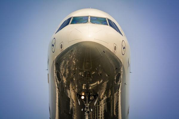 Cloooooose up.... Lufthansa Airbus...
