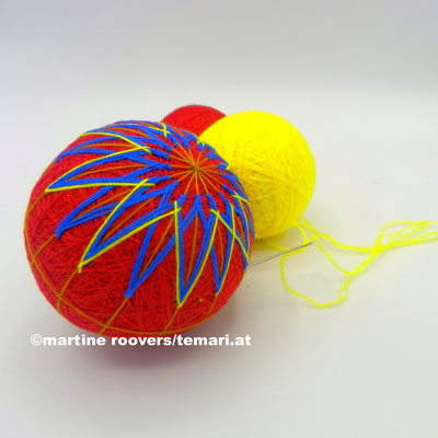Die Kugel wird mit Geometrische Muster (Dreiecke, Diamanten, usw.) bestickt.