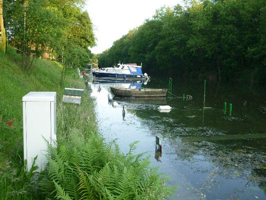 Der Bootssteg steht unter Wasser