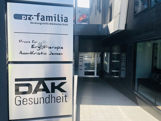 Gebäudeeingang zwischen Raumideen Oberste und dem IKZ - Ergotherapie Jensen (Praxis Iserlohn)