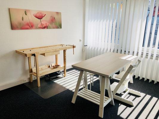 Behandlungsraum mit Werktisch und Werkbank - Ergotherapie Jensen (Praxis Iserlohn)