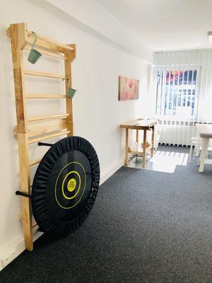 Behandlungsraum mit Sprossenwand und Werkbank - Ergotherapie Jensen (Praxis Iserlohn)