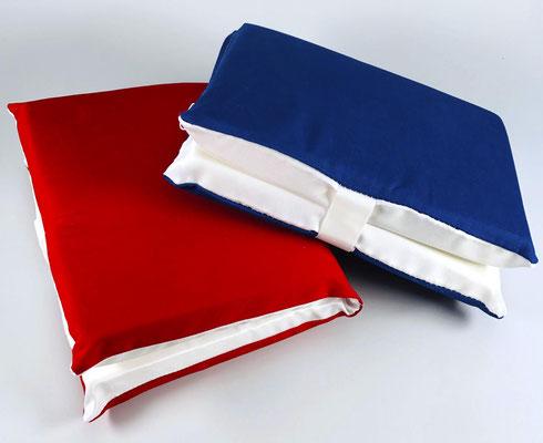 Sitzkissen rot oder blau zusammengeklappt