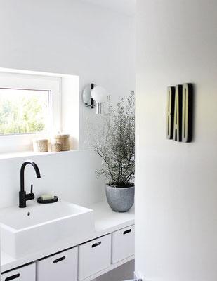 Schwarze Waschtisch-Armatur aus der Serie OXO mit hohem Auslauf
