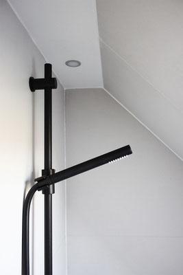 Schwarze Dusch-Armatur aus der Serie OXO II mit minimalistischer Stabhandbrause