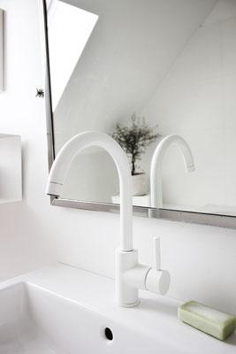Weiße Waschtisch-Armatur aus der Serie OXO mit hohem Auslauf