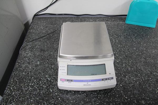 電子天秤・島津 BX-4200H ; サンプルの重さを測定します。