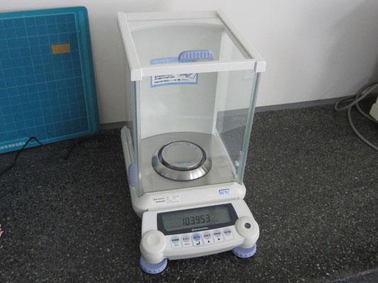 電子天秤・島津 AUW220D;サンプルの重さを、より精密に測定します。