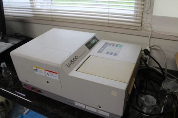 分光光度計・HITACHI U-1500 ; 比色分析などで各波長における試料の吸光度が測定できます。
