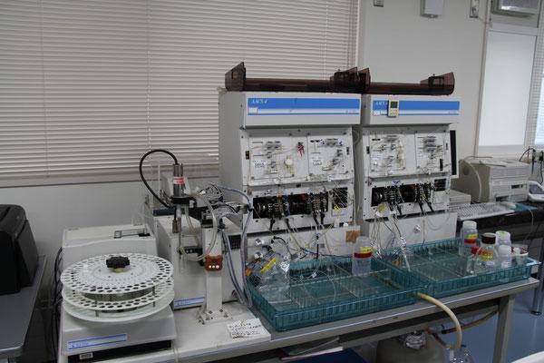 連続流れ式分析装置(オートアナライザー)・BLTEC AAACS4 ; 溶液に含まれる有機態および無機態の窒素やリン濃度が測定できます。