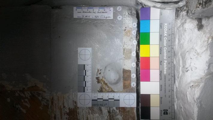 Farbschnitt auf einem Holztor