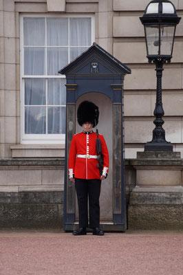 Wache am Buckinghampalast. Die Queen war nicht da und hat uns leider nicht zum Tee eingeladen.