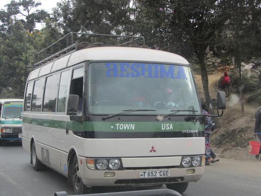Mit dem Dalla-Dalla kommt man scheinbar sogar in die USA!! Tatsächlich fährt dieses Dalla-Dalla von Arusha nur bis zum Fluss Usa an der Straße nach Moshi.