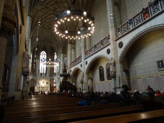 Blick auf den Altar und die Kanzel der Schlosskirche.