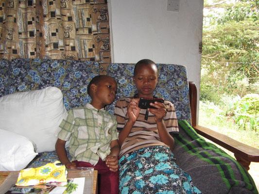 Auch tansanische Kinder sind fasziniert von den vielseitigen Funktionen eines Smartphones.